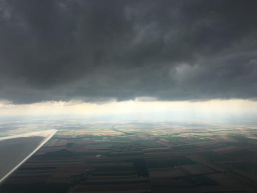 68  Donkere wolk vliegt voorbij