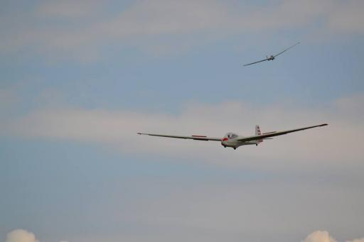 04  Glider YMC turning final, number one in sight